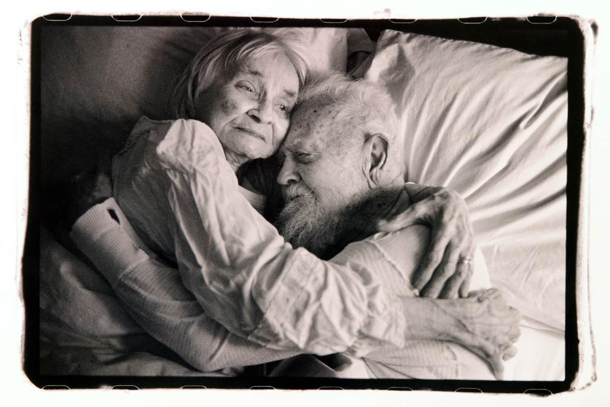 hug_in_bed_night
